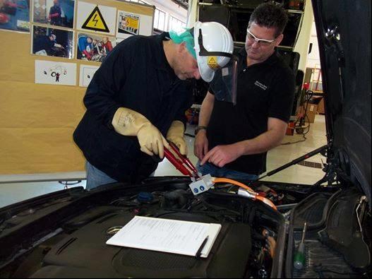 Εκπαίδευση για την υψηλή τάση σε υβριδικό όχημα Mercedes-Benz 02